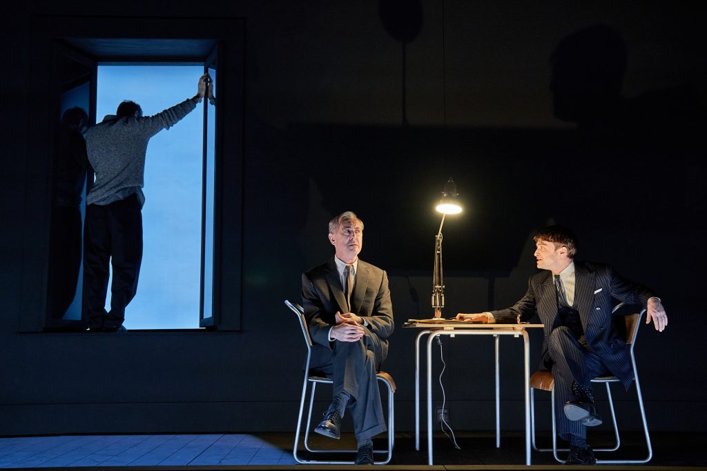 "De gauche à droite : Karl Johnson (C), Daniel Radcliffe (A) et Alan Cumming (B) dans ""Rough For Theatre II"" (Samuel Beckett) | © Manuel Harlan"